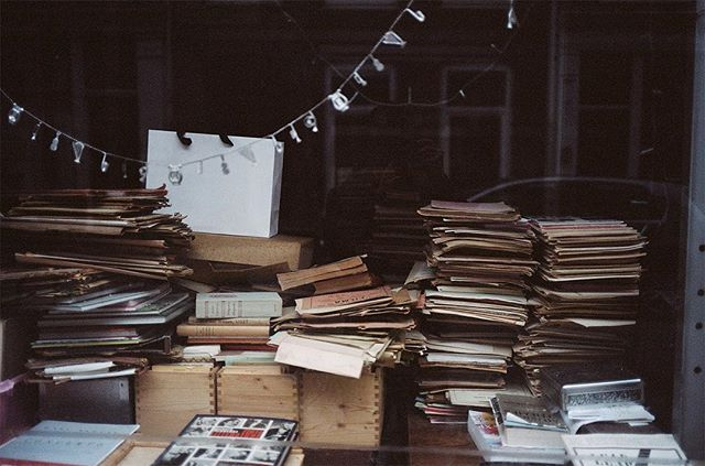 Used Books (Amsterdam)⠀ ⠀ #Leica #kodakprofessional #portra400 #expiredfilm #35mm⠀