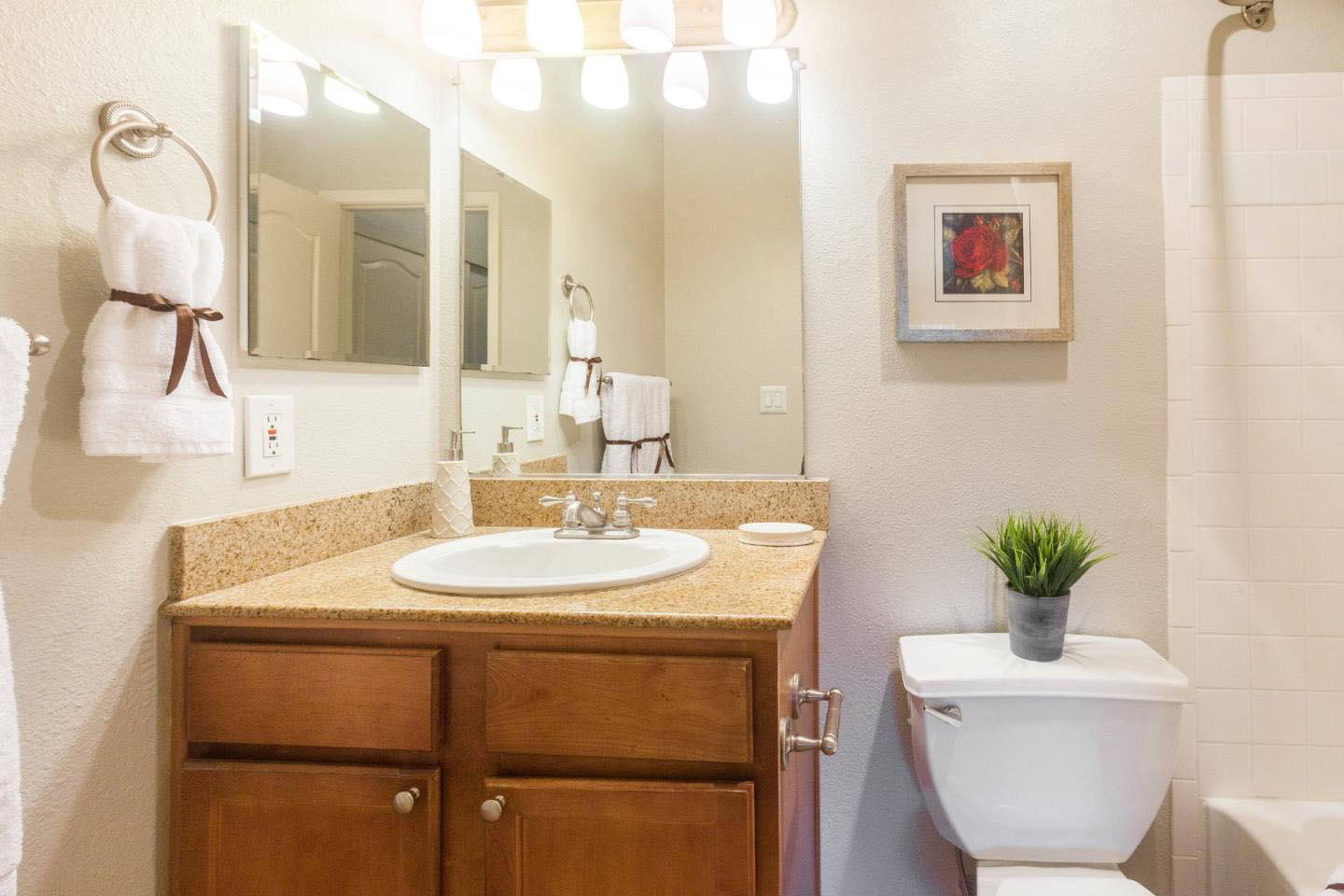 Condo 2 Bedrooms In Westside Shared Garage & Laundry Room