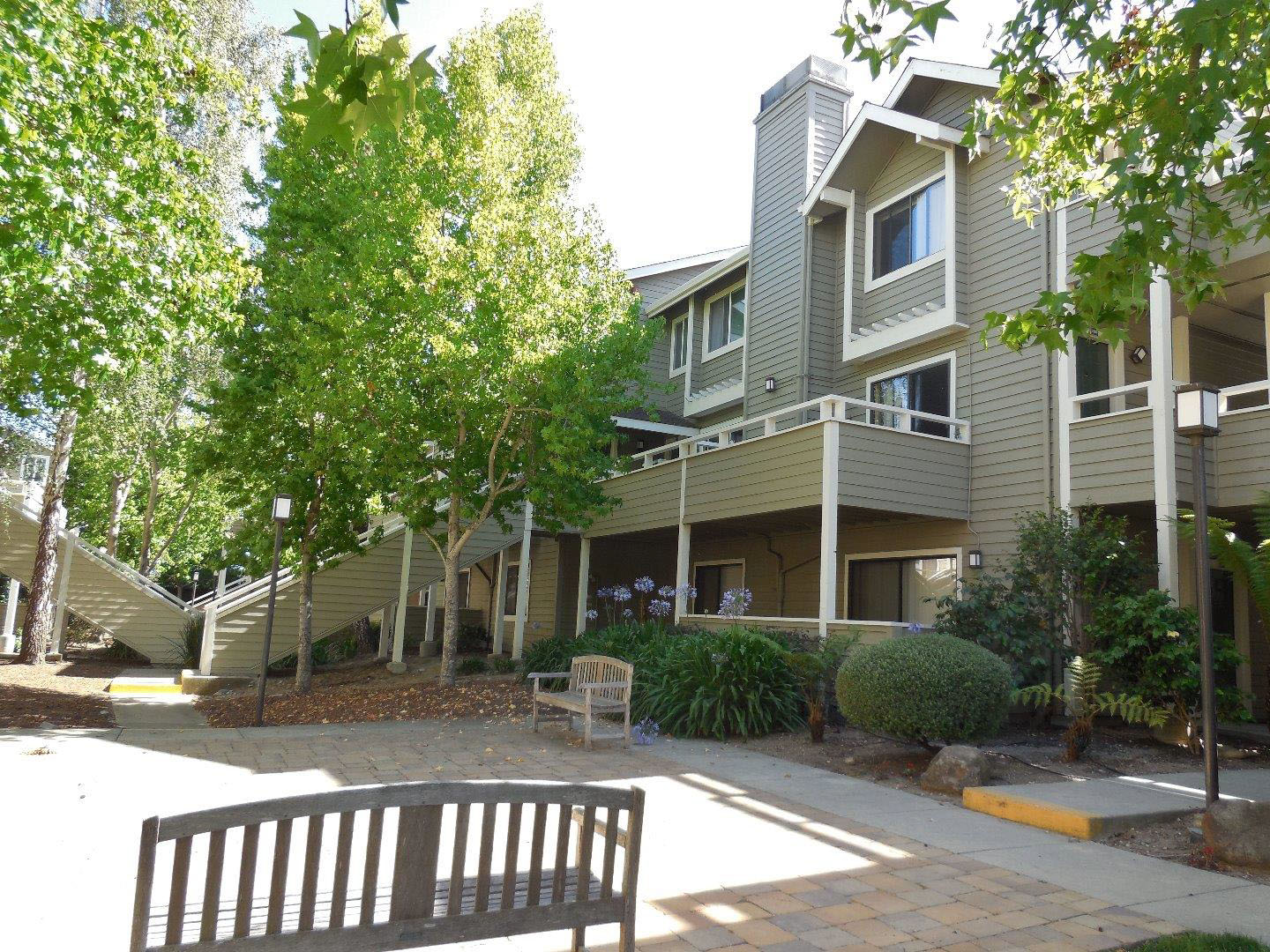 **SOLD 41 Grandview St. #1005 • $469,000  2 Bedroom, 2.5 Bathroom • 1,073 Sq. Ft.