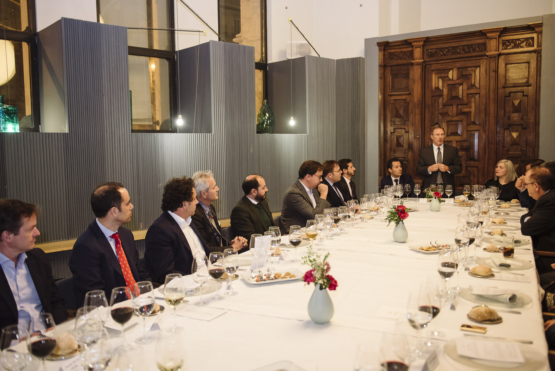 El vicepresidente de FIFED, de pie, en el centro de la mesa.
