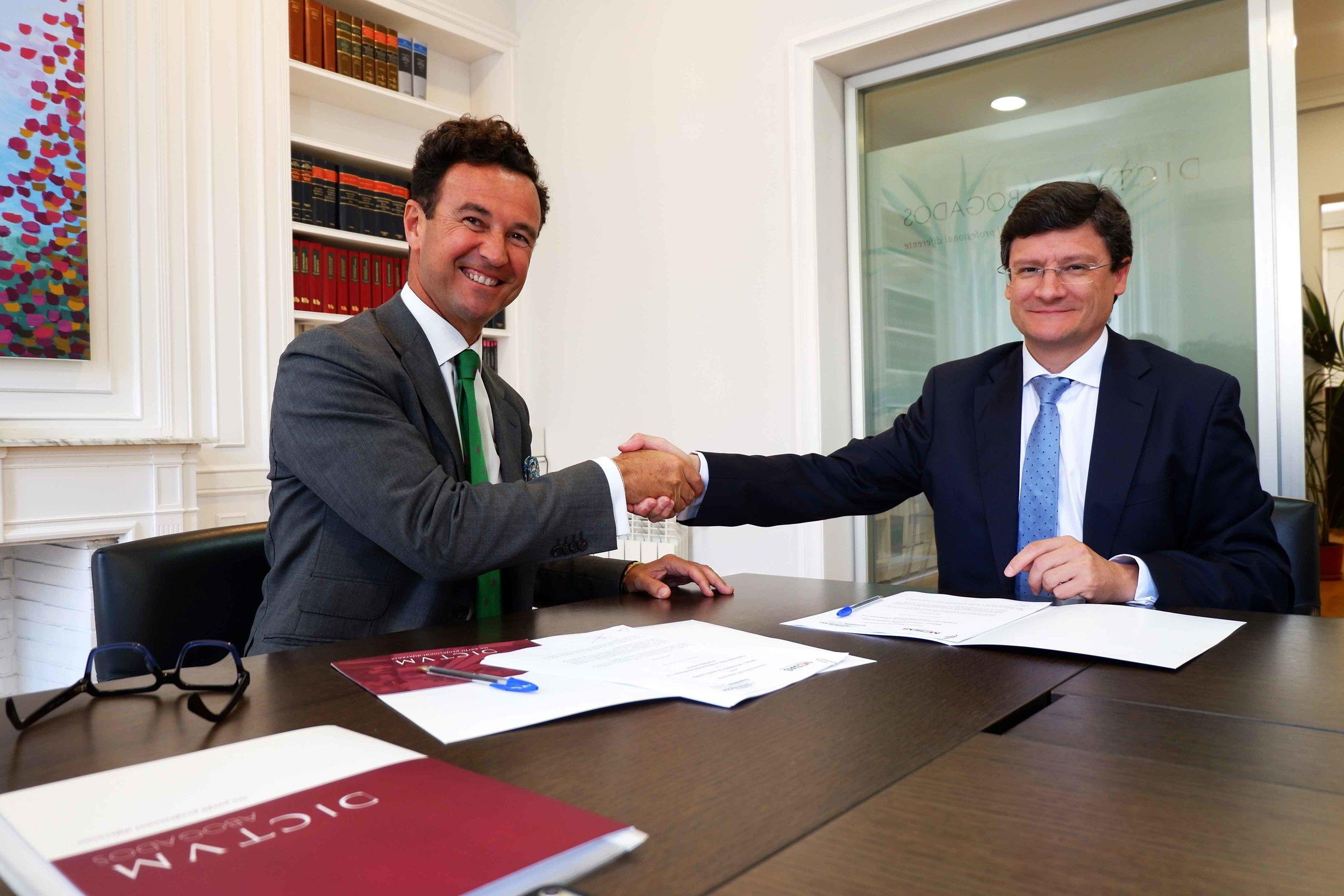 El presidente de FIFED, Vicente J. García Gil, con el director general de MESÍAS-Inteligencia de Marca España, José María Cubillo, tras la firma del convenio de colaboración.