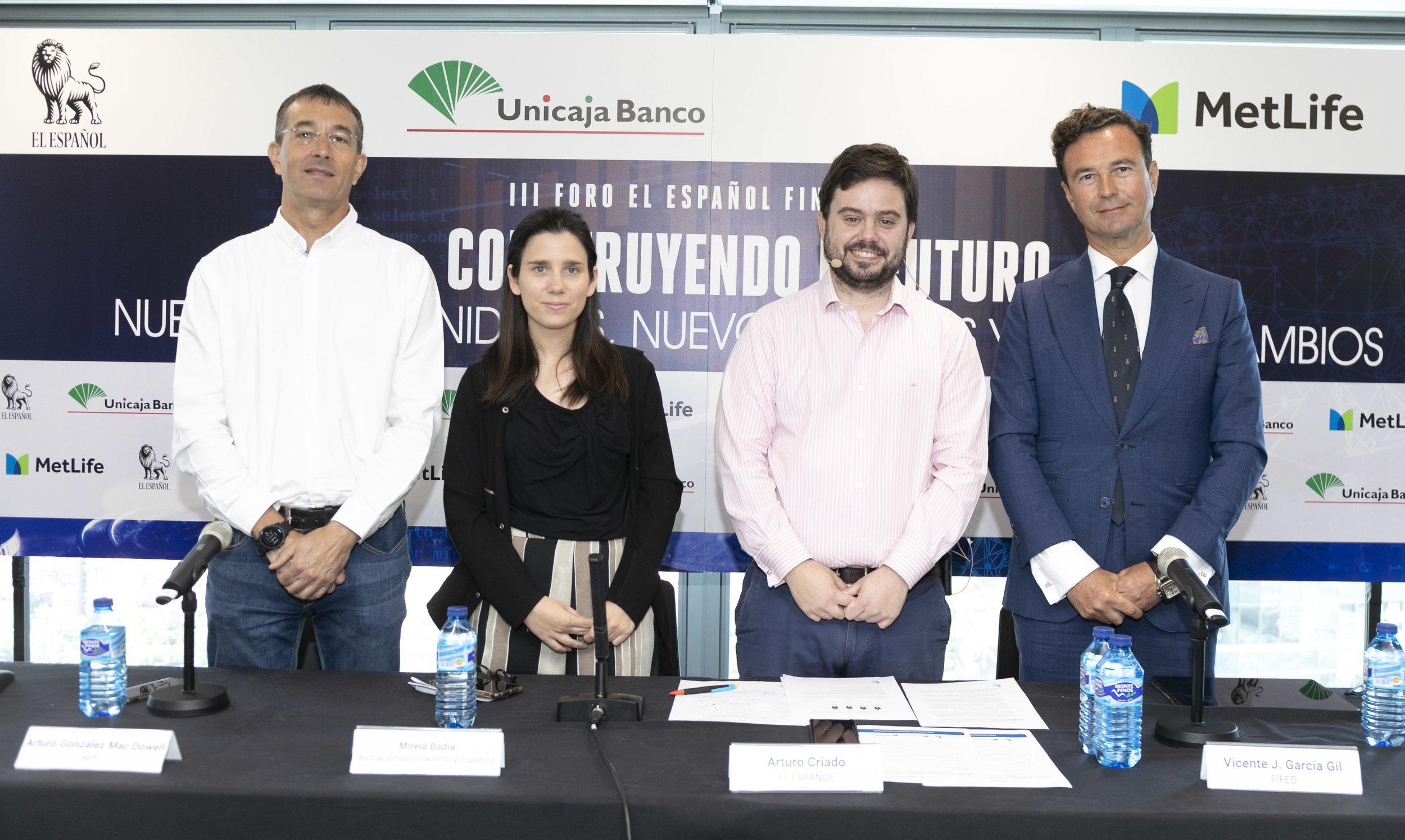 Vicente J. García Gil (dcha.), junto a sus compañeros de debate. Foto de Jesús Umbría, El Español.
