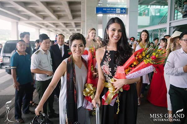 Arriving in Phu Quoc to hand over her crown