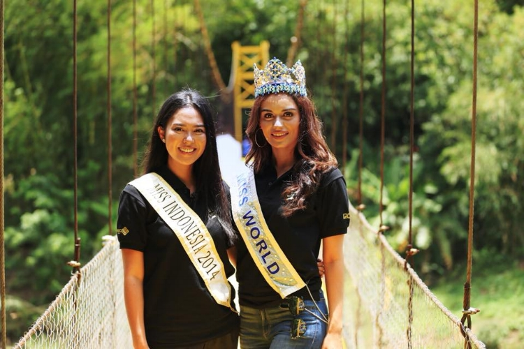 Miss Indonesia 2014 and Miss World at the Golden Bridge