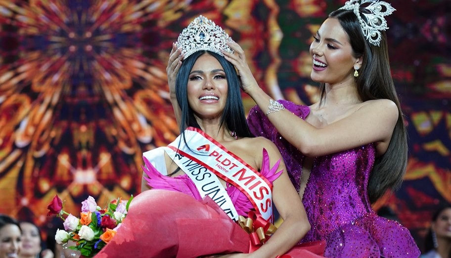 Binibining Pilipinas Universe Gazini Ganados is crowned by Miss Universe Catriona Gray of the Philippines.