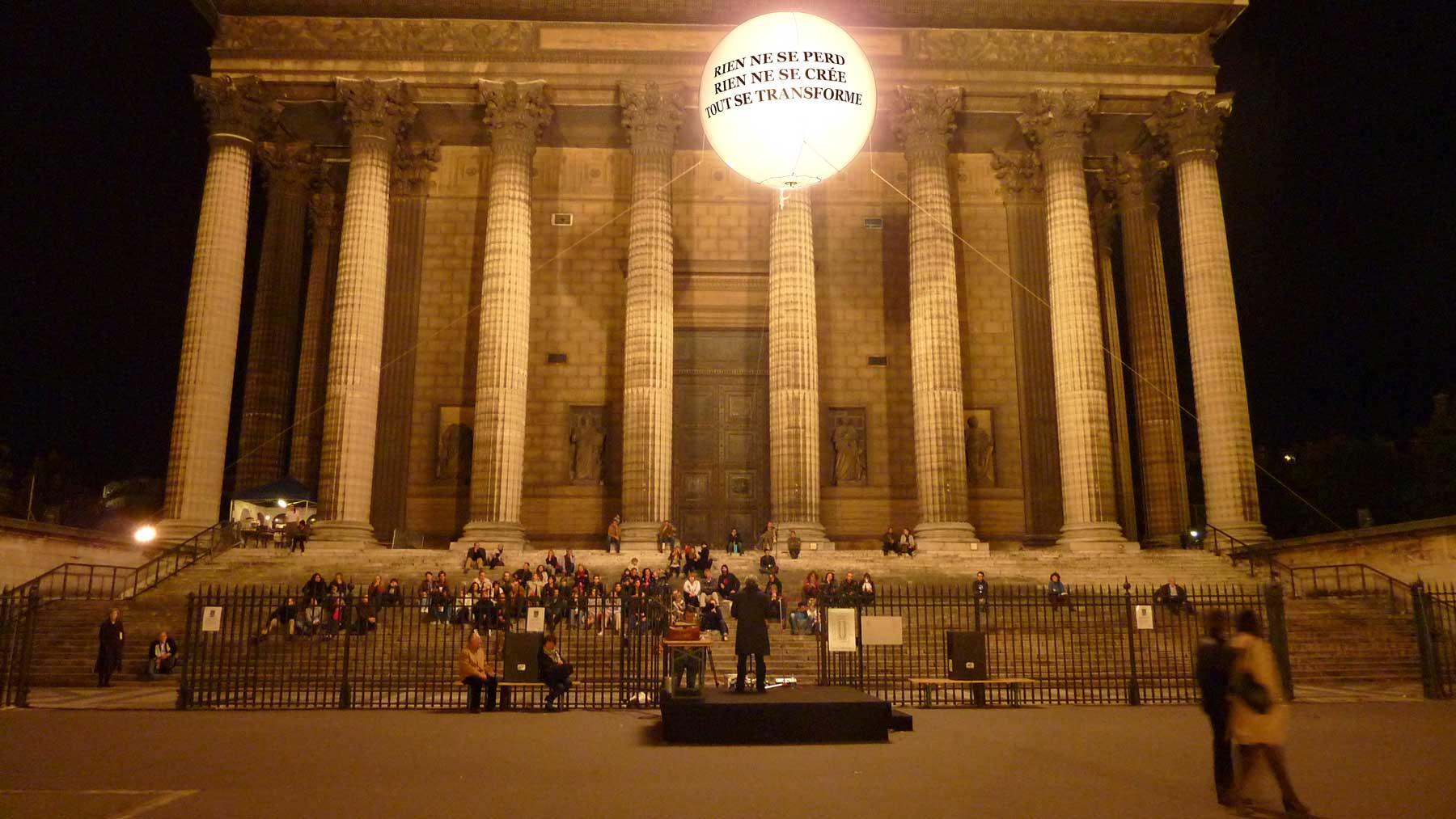 ballon-geant-sphere-eclairant-lumineux-helium-marquage-art-nuit-blanche-madeleine.jpg