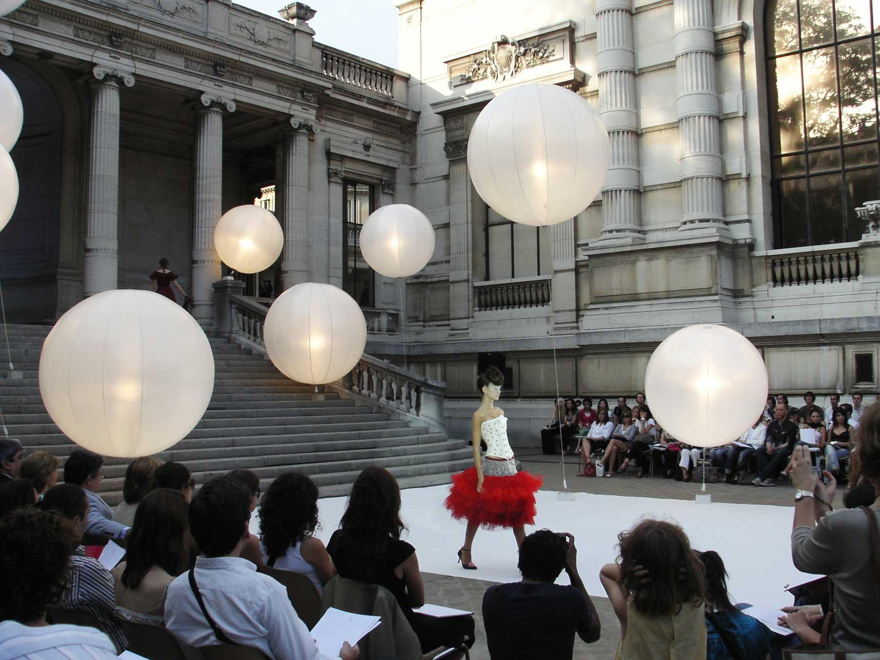 ballon-sphere-eclairant-tungstene-helium-defile-de-mode-palais-de-tokyo-fashionweek.jpg
