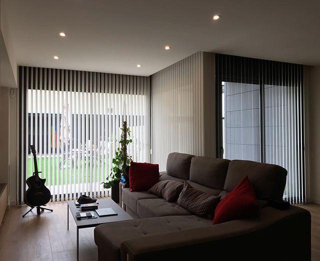 Estupenda casa a la Garriga amb Cortines Verticals amb un Polyscreen Crepe de Bandalux. 🏡 Sempre procurem exposar al client totes les opcions adequades per als seus espais, i a vegades les menys comuns són les que poden quedar millor. ⭐️