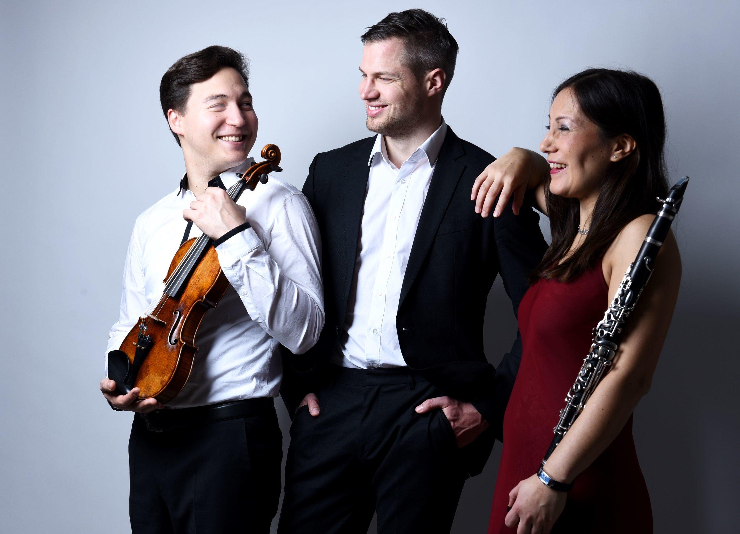 Das Trio - Die charismatischen Auftritte des Trios Schmuck begeistern seit seiner Gründung im Jahre 2009 Publikum und Fachpresse. Mit attraktiven Programmen und ebenso origineller wie sachkundiger Moderation ist das Ensemble deutschlandweit in jährlich etwa 50 Konzerten präsent. Die dramaturgische Bandbreite der Genres und Gattungen vom klassisch-romantischen Werkkanon über packende Tango-Bearbeitungen bis hin zu szenischen Konzertformaten mit Schauspiel spricht Zuhörer aller Generationen an. Die Triobesetzung ist variabel, der Streicherpart wechselt in Personalunion mühelos zwischen Geige und Bratsche.