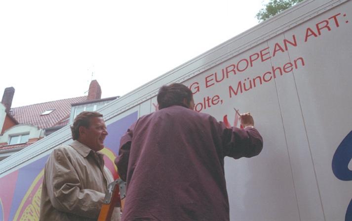 1996 firmando el camión Kopie.jpg