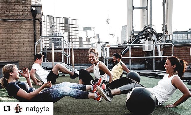 Just the faces we like to see training on the rooftop... Smiles of enjoyable pain? 😆 Picture taken @Londonrooftopgym from @natgyte's @punchclublondon class last summer! 🥊🤩 ・・・ Make sure you get involved this year!💪🥊 - 📸 @paliman . #shoreditch #boxing #boxingtraining #londonrooftopgym