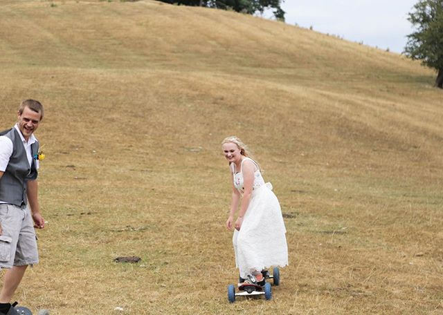 I love this shot, so happy and free. Do your day the way you want! . . . . . #weddingphotography #wedding #weddingday💍 #fun #happy #free #mountainboarding #married #unique #uniquewedding #beautiful #skating #skateinadress @annabel.f.nash @nashersboard