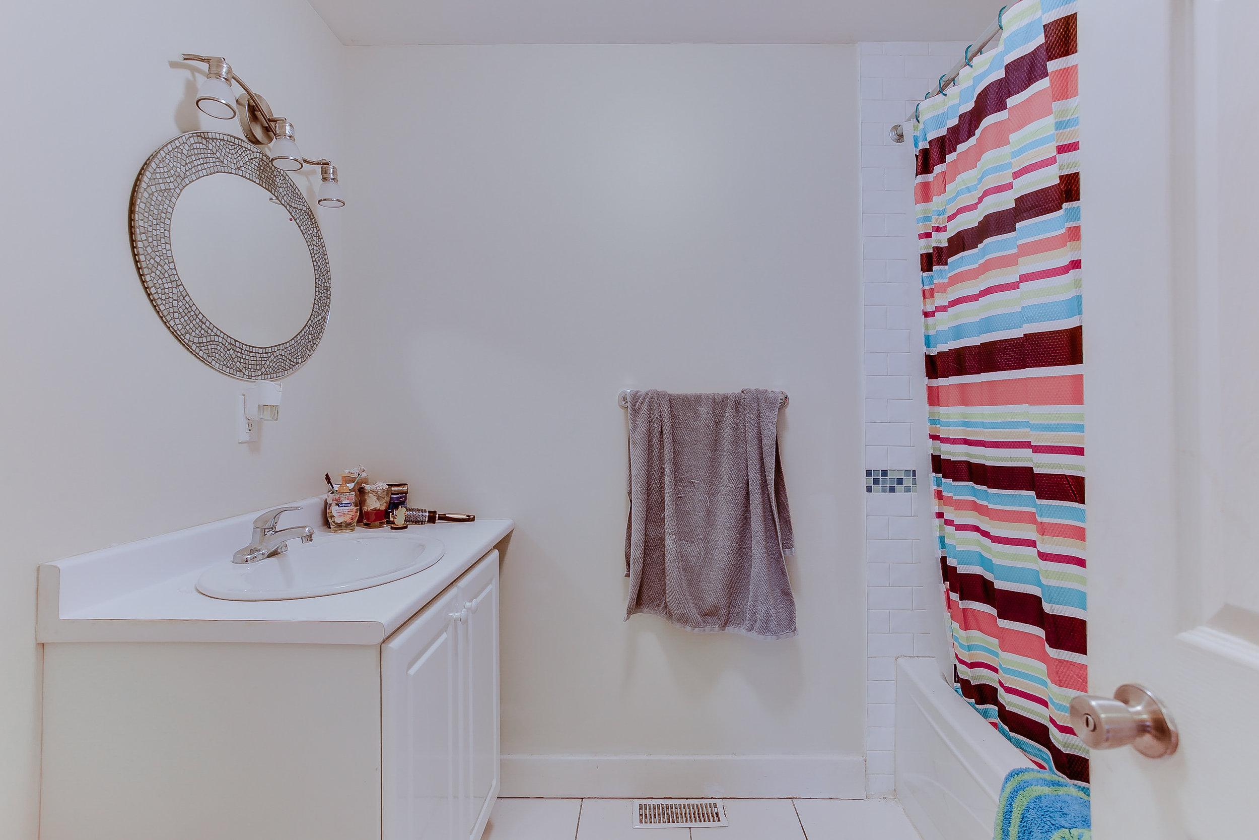 23_2ndbathroom1.jpg