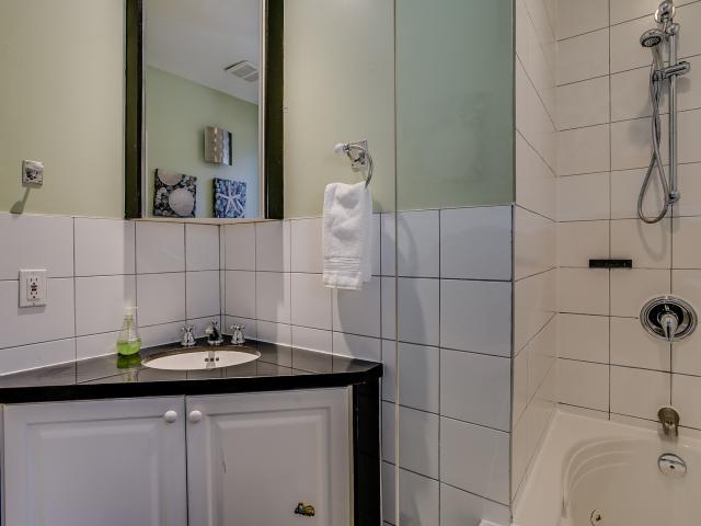 30_1stbathroom12.jpg