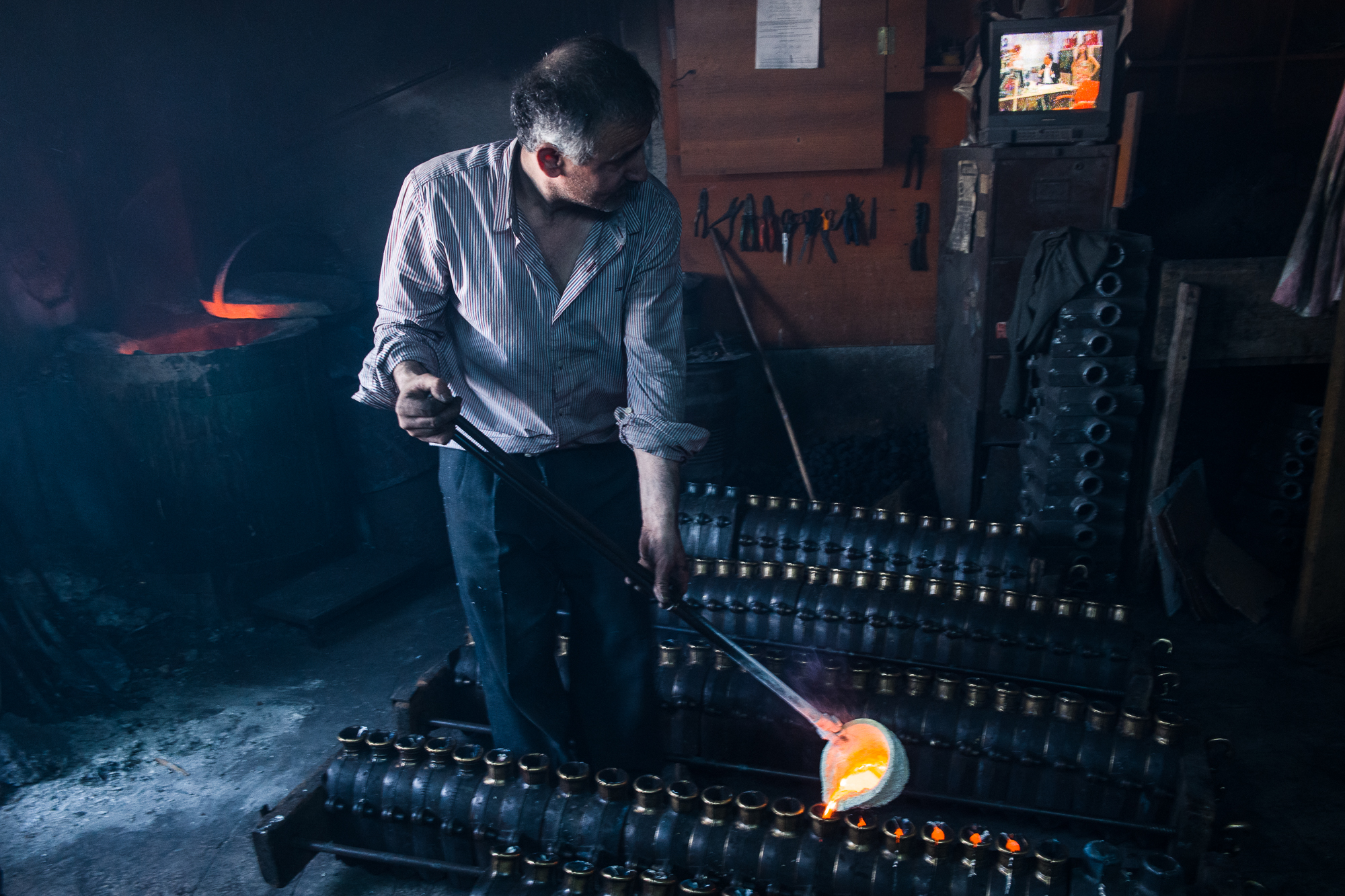 Casting molten brass in the Hans