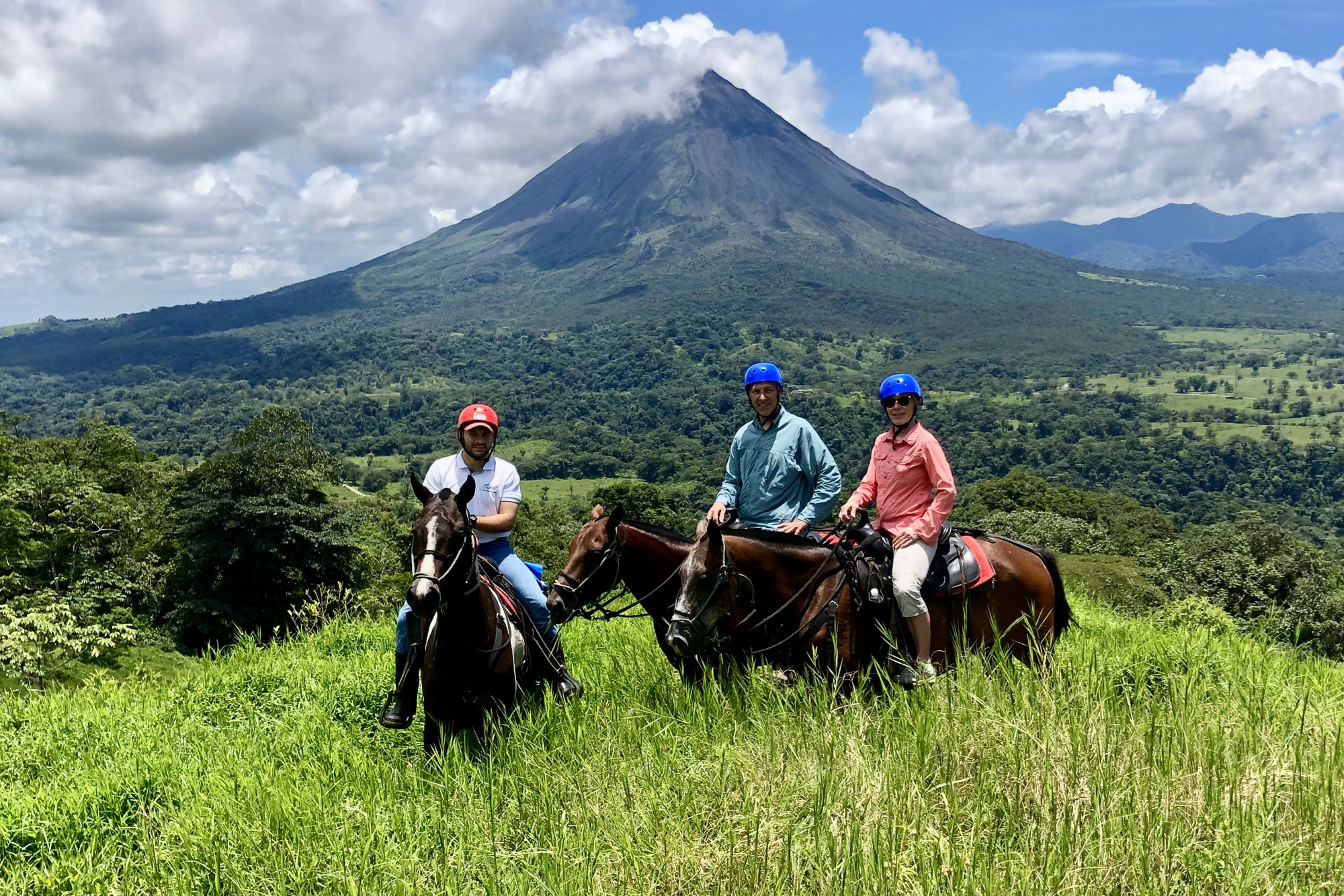 A guided tour on horseback under the volcano