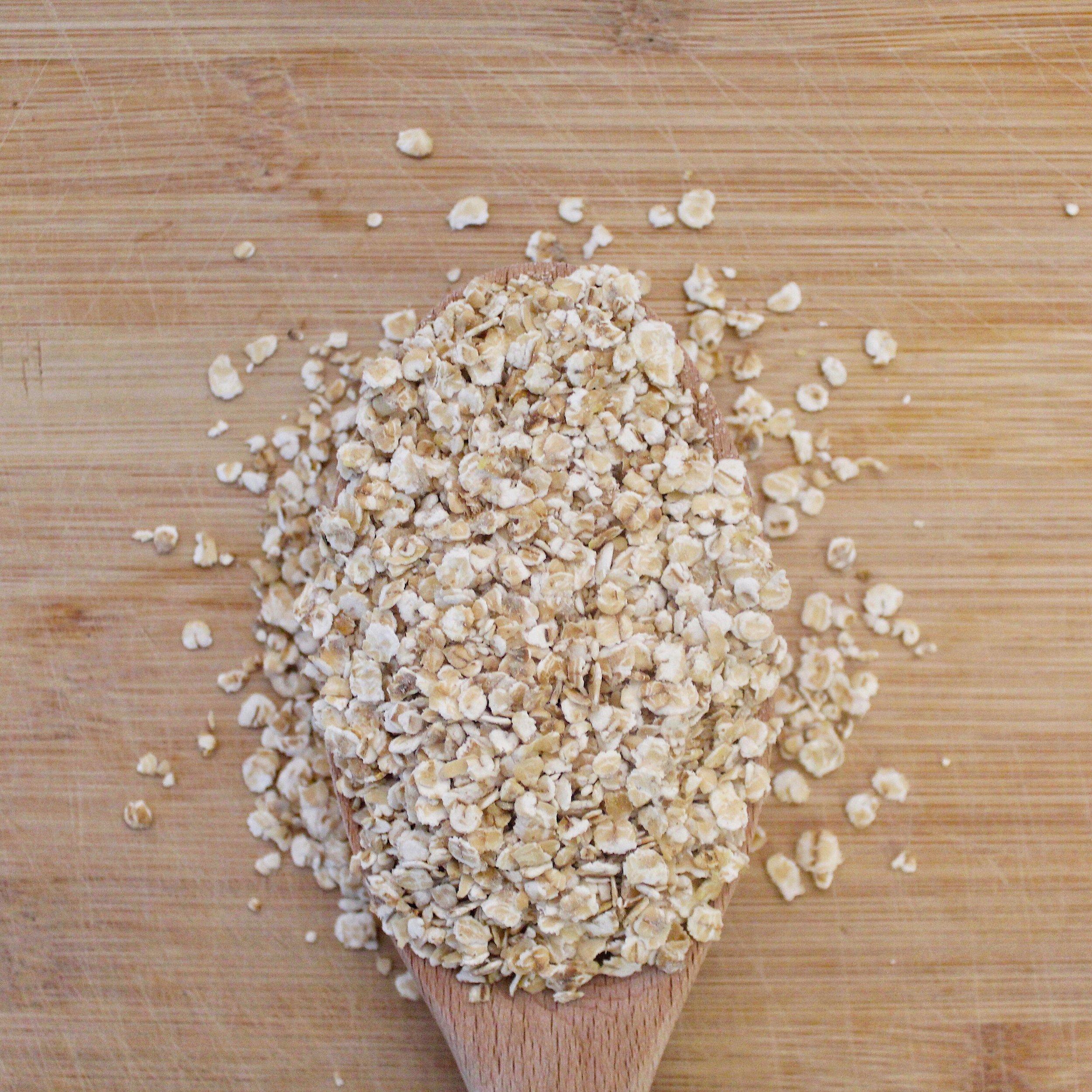 """L'avoine est devenu LA star des petit-déjeuners. Anciennement utilisée pour l'alimentation équine du fait de son pouvoir stimulant et excitant.  Ultra riche en fibres solubles, notamment le bêta-glucane, une fibre soluble qui a prouvé son efficacité dans la réduction du cholestérol, l'avoine est ainsi un très bon régulateur du transit.  Les protéines présentes dans l'avoine sont riches en tryptophane qui participent à la production de la sérotonine et de la mélatonine, les hormones du bien-être et du sommeil.  Naturellement sans gluten, cette céréale pousse très souvent à côté des champs de blé et/ou est travaillée avec les mêmes machines, elle est de ce fait """"contaminée"""" par le gluten présent dans le blé. Méfiez-vous de bien acheter de l'avoine certifiée sans gluten !"""