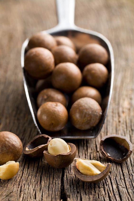 Ce petit fruit à coques renferme de nombreuses vertues et notamment un effet hypocholesterolémiant !  La forte présence d'acide gras monoinsaturés que contient la noisette a tendance à faire baisser le taux de cholestérol LDL (mauvais cholestérol). Sa composition lipidique est proche de celle de l'huile d'olive, reconnue pour ses bienfaits sur la santé.  Source de protéines végétales, la noisette est aussi très riche en vitamines E, fortement anti-oxydante, et en vitamine B1, nécessaire à la production d'énergie.  La noisette est une excellente source de manganèse, qui contribue à ses qualités antioxydantes. Elle contient aussi du cuivre, indispensable à la formation de l'hémoglobine. Contient aussi du magnésium qui contribue au bon fonctionnement des muscles et du système nerveux, des fibres et du fer.