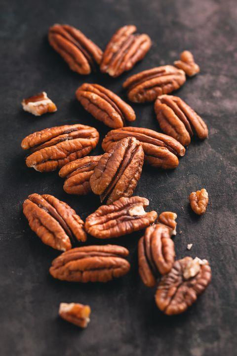 Les pacanes (noix de Pécans) sont les fruits à coques les plus intéressants quand à la réduction du taux de cholestérol de leur teneur en acides insaturés (les bonnes graisses), elles se constituent de 75% de lipides.  Manganèse, cuivre et zinc tous présents dans la noix de pécan ont un énorme rôle dans la prévention de l'ostéoporose, contribue au bon fonctionnement du cerveau, réduit l'inflammation et prévient le stress oxydatif.