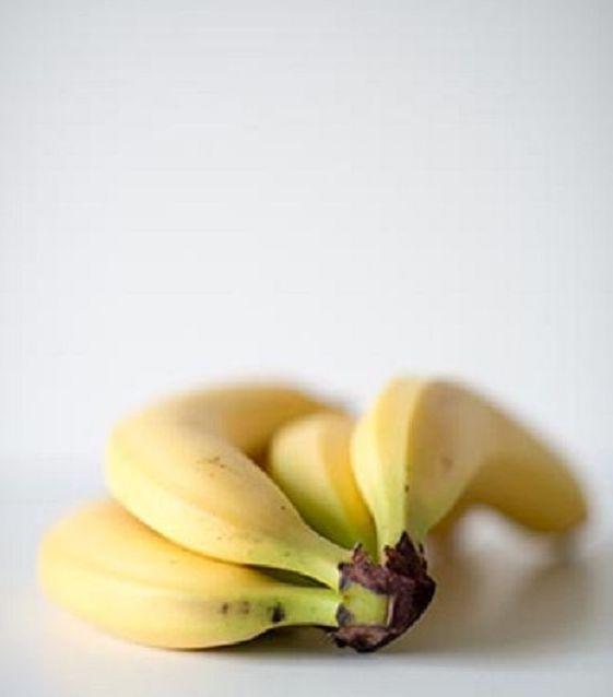On la connait surtout pour sa richesse en potassium, un minéral essentiel qui assure plusieurs fonctions vitales dans l'organisme et notamment pour nos cellules.  Mais saviez-vous que la banane est aussi riche en certaines hormones essentiels à notre bien-être : sa richesse en dopamine nous donnera la banane tout au long de la journée, et sa teneur en mélatonine nous aidera à trouver le sommeil.