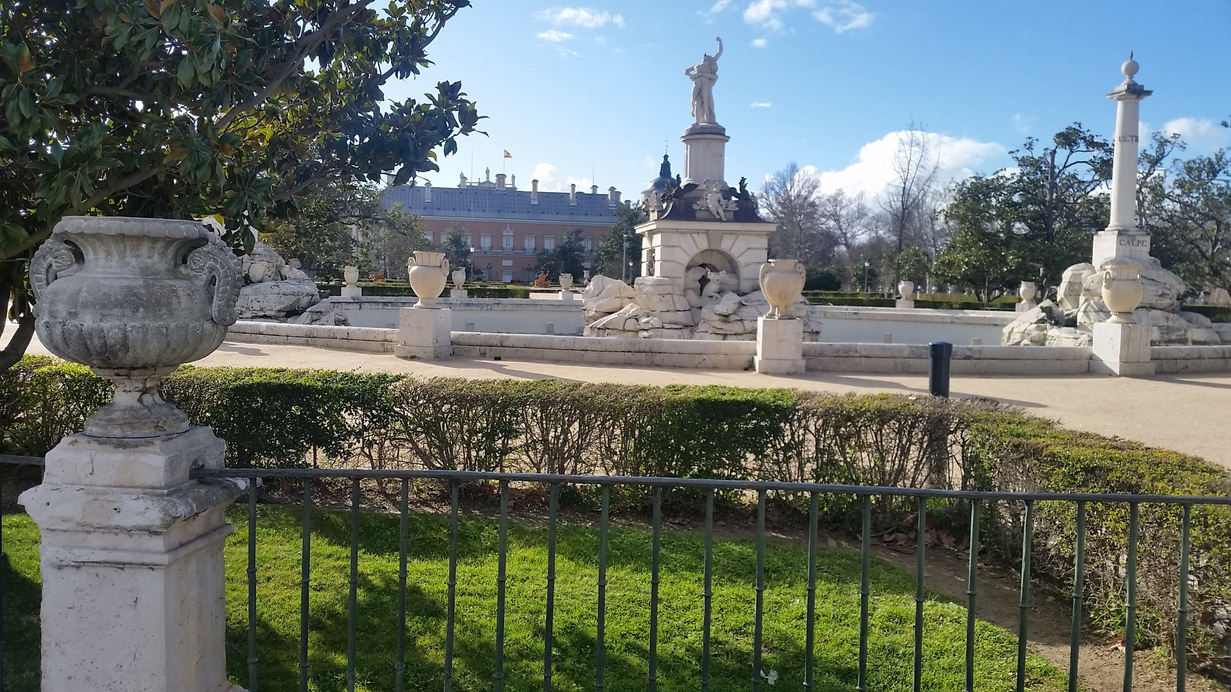A view of the palace at Aranjuez from one of the gardens