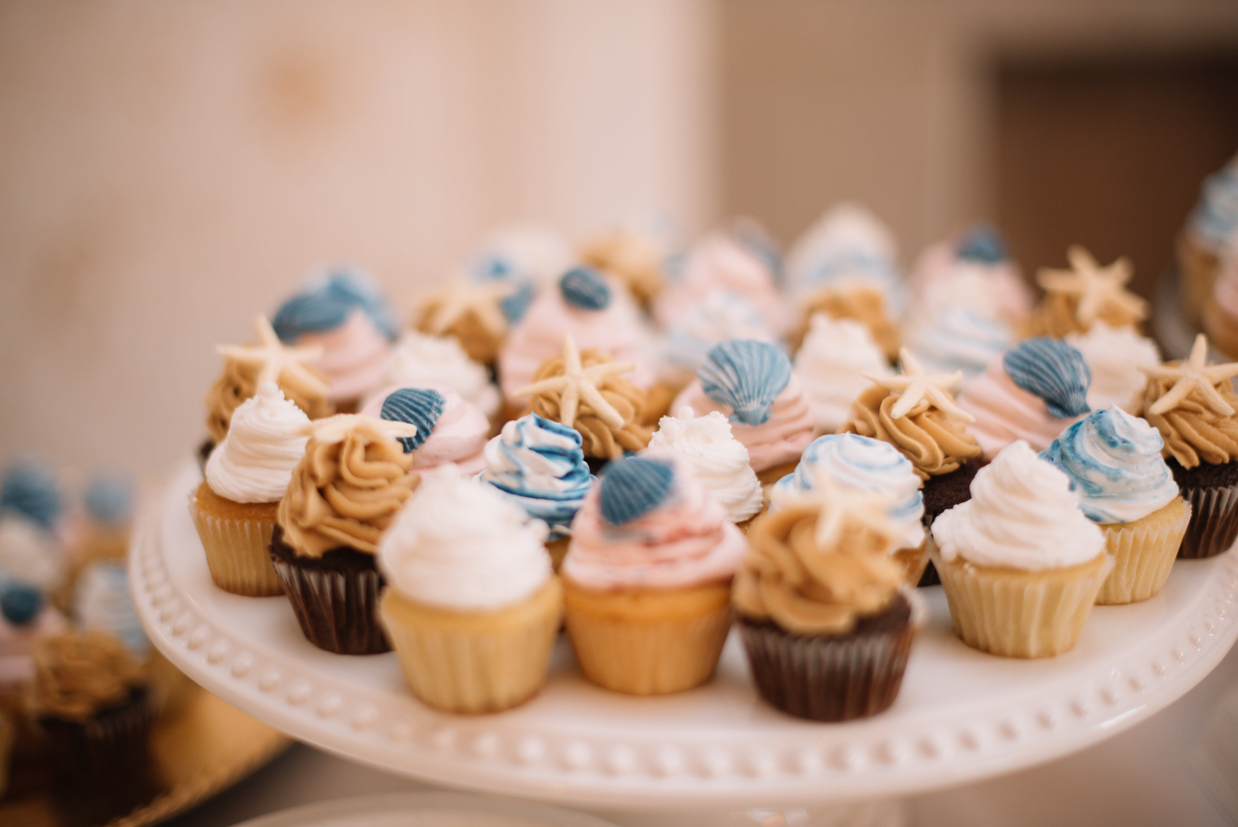 How ADORABLE are all the desserts at this wedding? It was hard not sneaking a couple off the table!