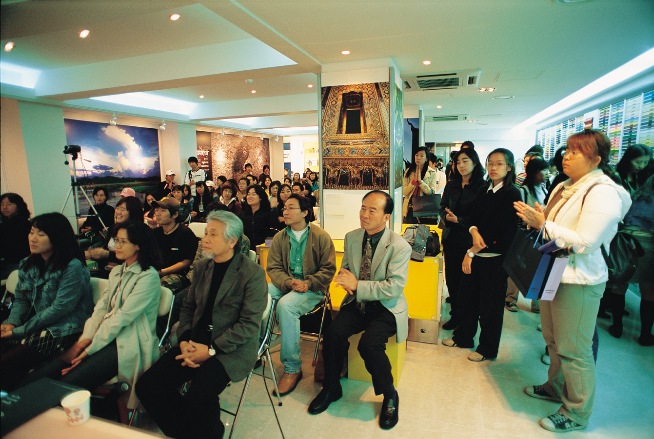 The Samwon Paper Gallery is a paper & printing resource centre and a cultural art space that hosts international exhibitions and lectures on topics related to the design industry.