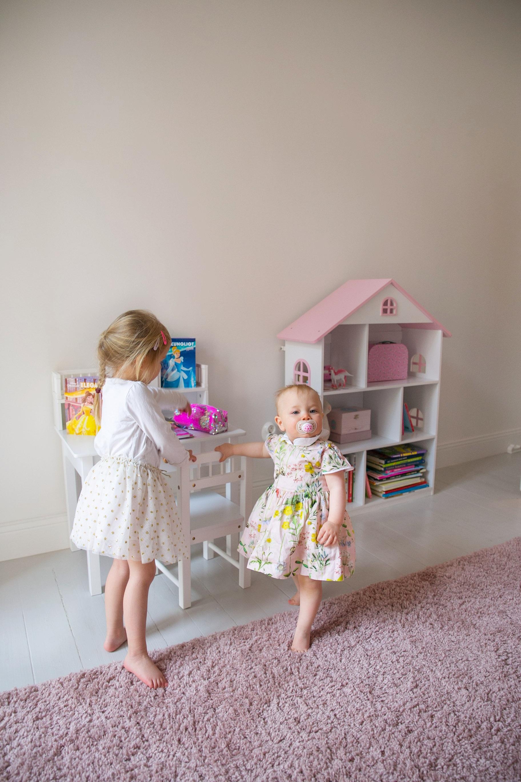 barnrum inspo rosa bokhylla hus skrivbord.png