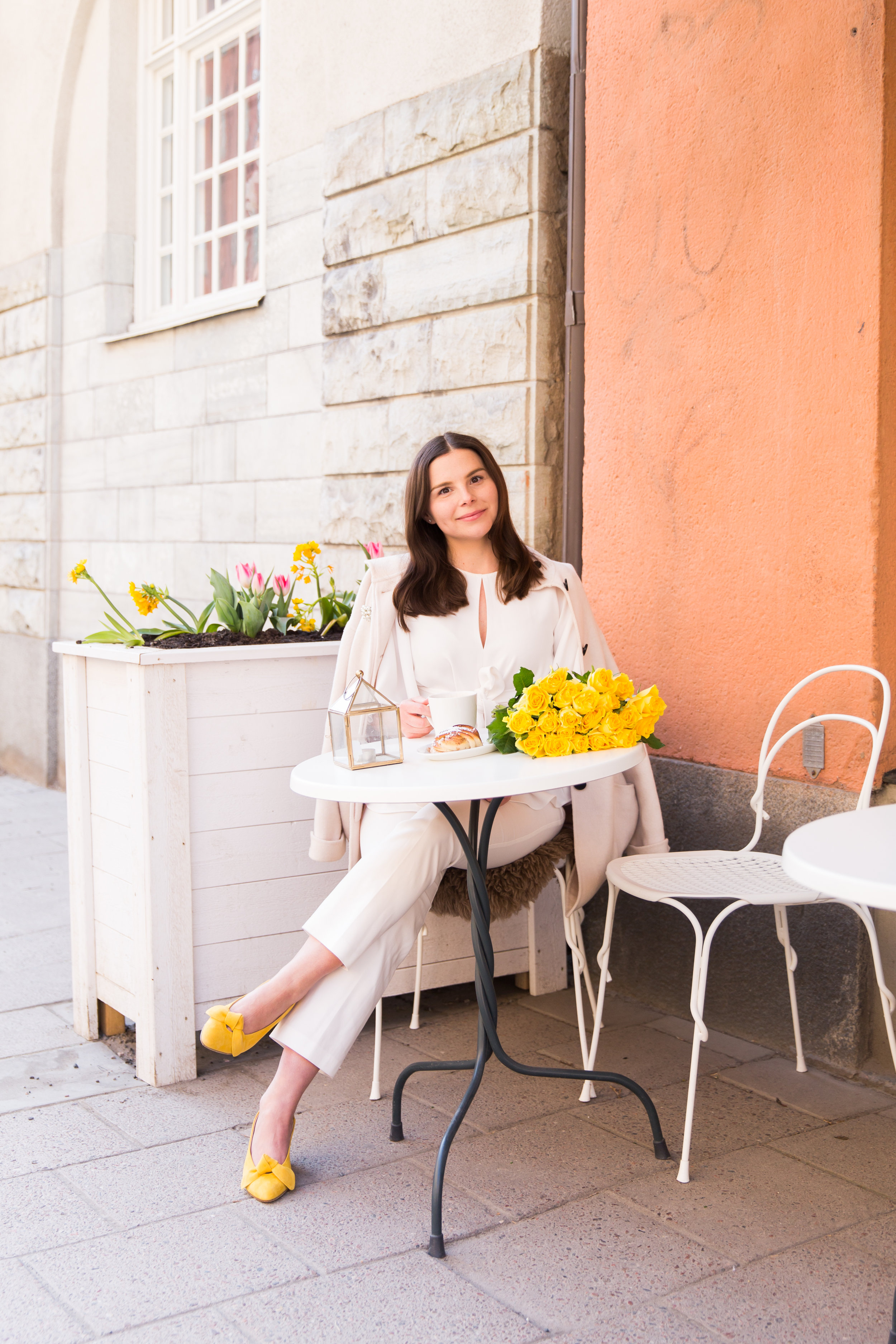 Angelica Aurell pask stil Rizzo varmode gult vita byxor.jpg