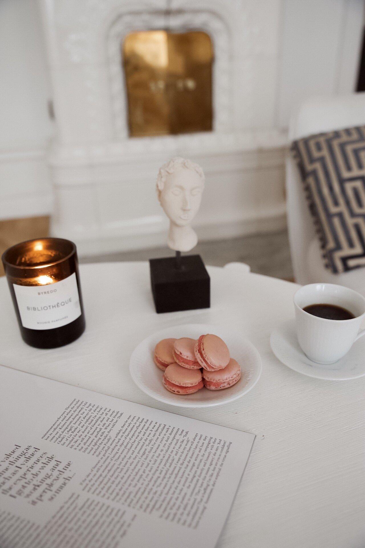 byredo macarons kaffe vardagsrum inredning sekelskifte kakelugn blogg.jpeg