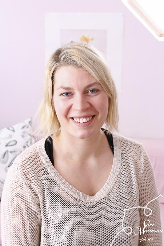 Jenna Moisala - Jenna Moisala on kolmen lapsen äiti, äitiysfysioterapeutti ja doula. Hän on omien synnytystensä lisäksi ollut doulana kymmenissä synnytyksissä, joissa synnytysrentoutuminen on mahdollistanut hyvän synnytyskokemuksen. Hän on innokas synnytyskulttuurin kehittäjä ja ollut mukana mm. Helsingin kaupungin verkko-perhevalmennusta kehittämässä.Olemme molemmat myös alkuperäisen, amerikkalaisen HypnoBirthing Instituten sertifioimia synnytysvalmentajia.