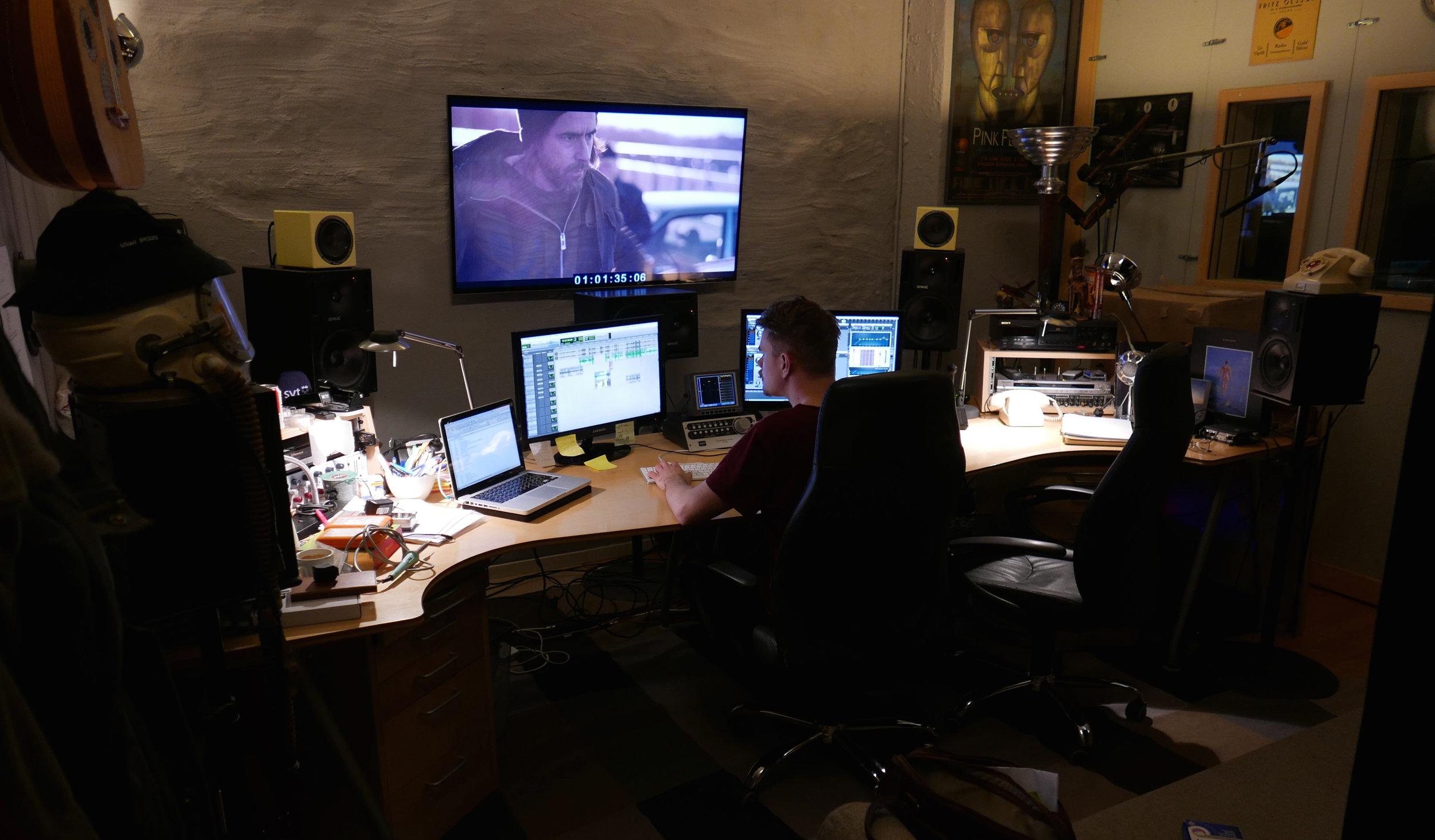 Robin Svensk i S2 (cockpit-rummet) som används mest till film/tv-ljudläggning och mix i 5.1. Just nu jobbar han med den nya  Hassel -serien.