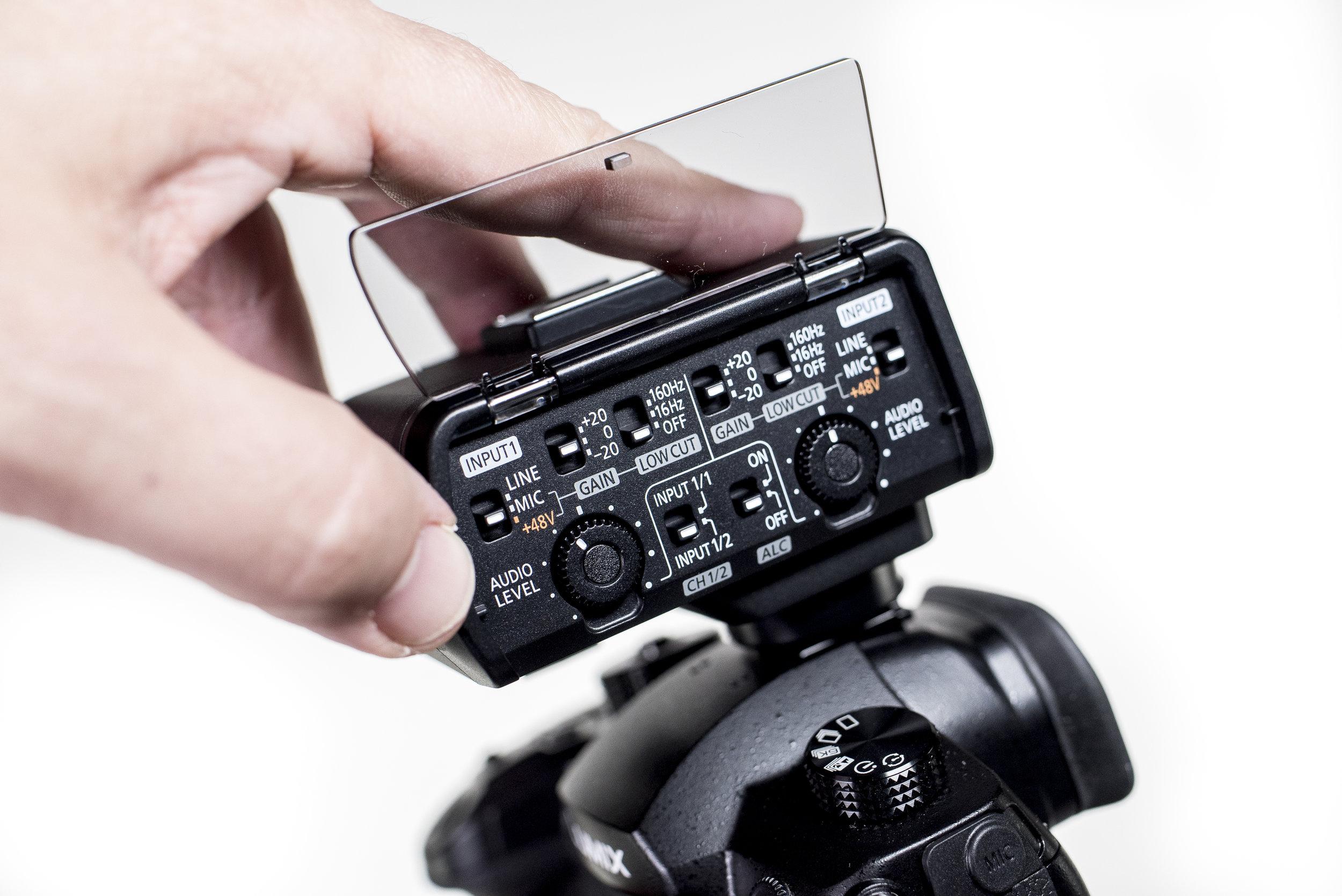 Om vi skulle köpa kameran för att filma, skulle DMW-XLR1 vara det första tillbehör vi köpte till kameran. Det ger två XLR-ingångar med +48-volts fantommatning och ljudkontroll direkt in i kameran via kontakter i blixtskon.