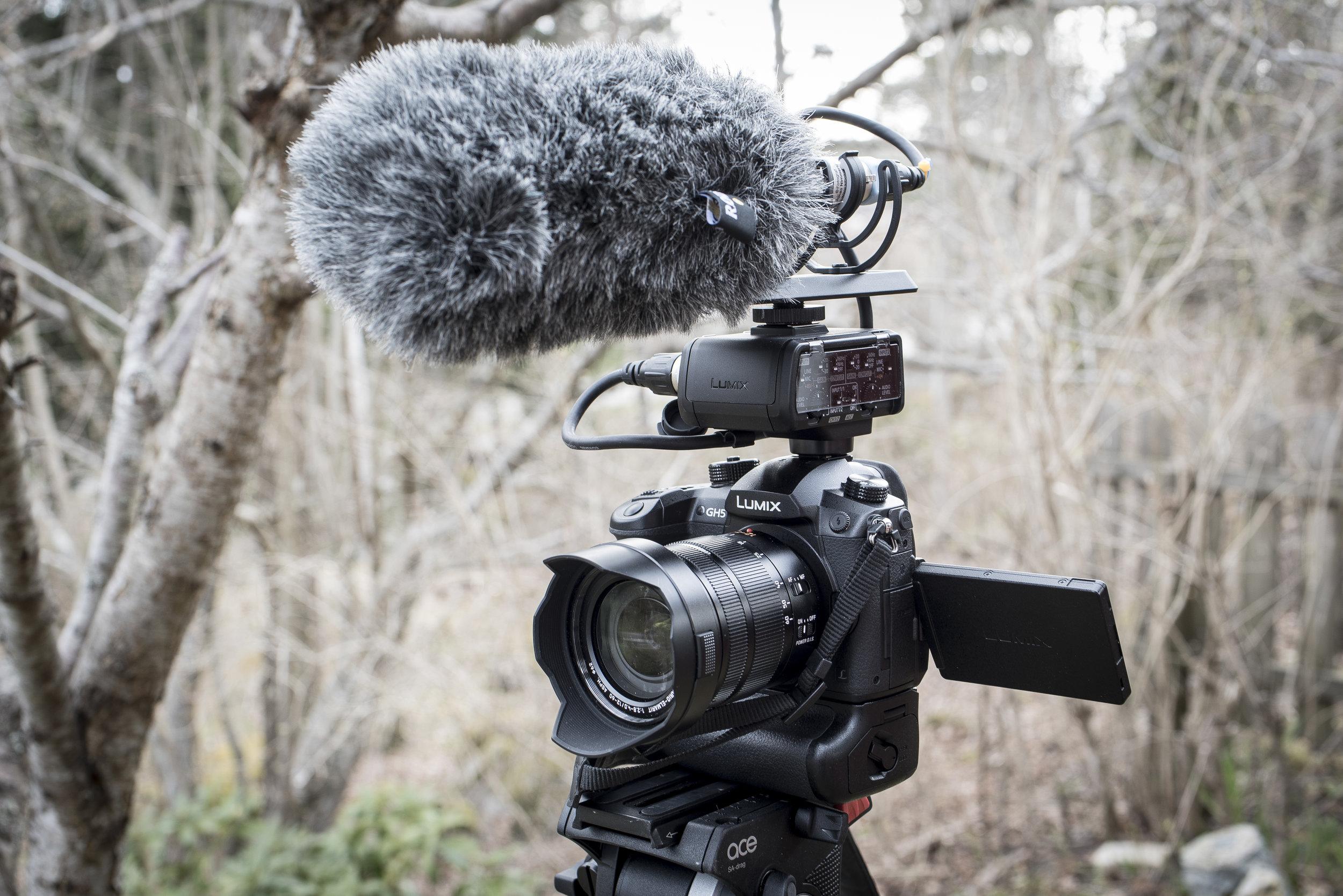 Panasonic Lumix GH5 med batterigrepp och DMW-XLR1. Här tillsammans med en Røde NTG-2-mikrofon.