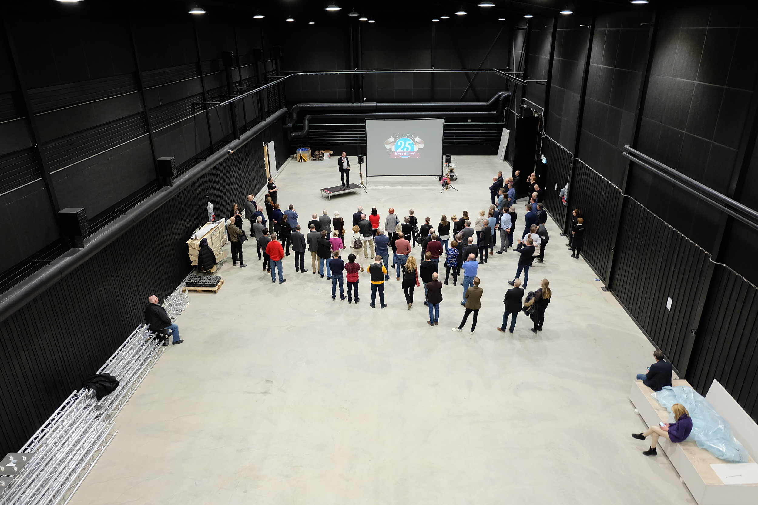 529 kvadratmeter golvyta finns i studion, med åtskilliga biutrymmen däromkring.