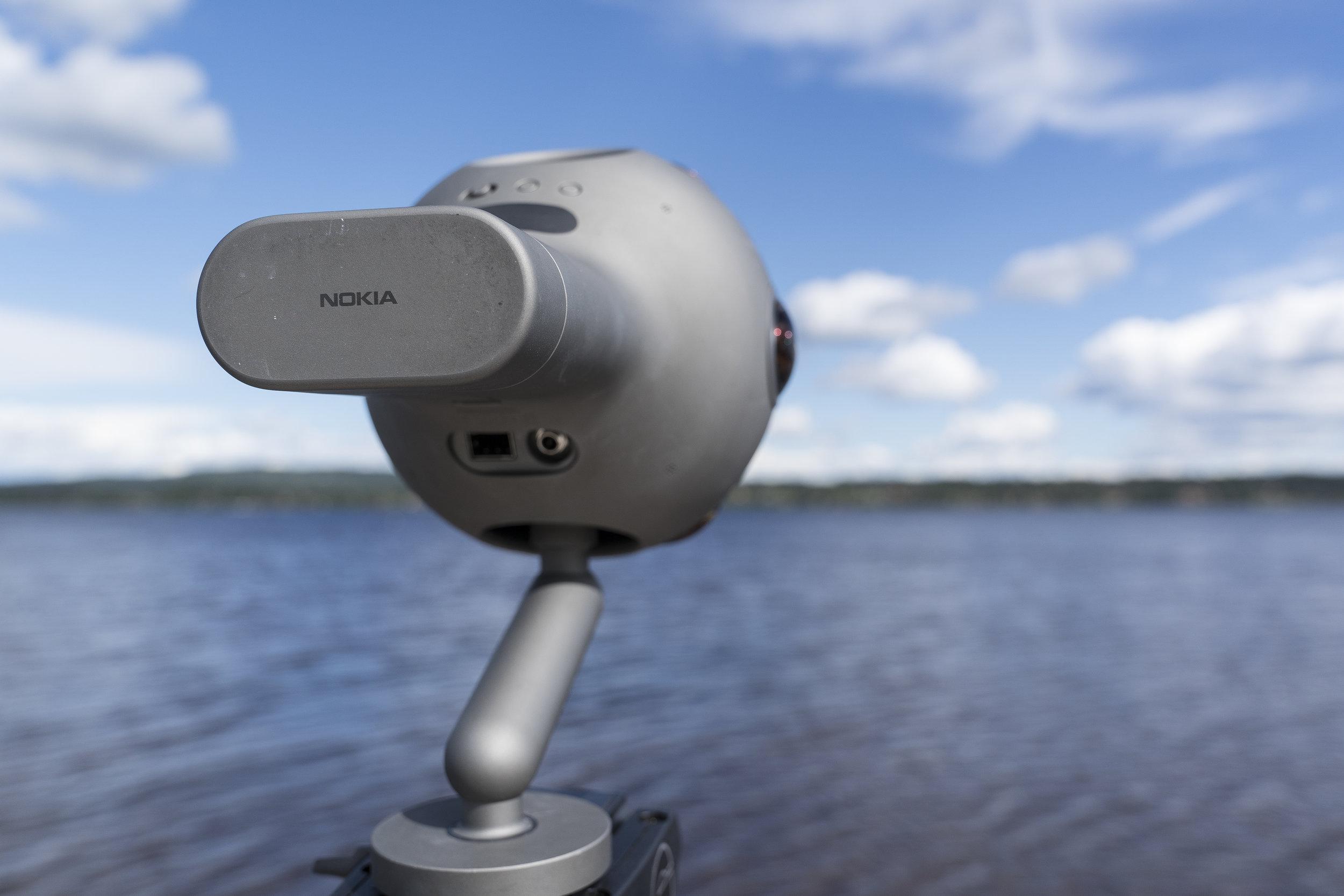 Nokia OZO ser ut som en futuristisk helikopter eller ett rymdskepp från en science-fictionfilm. Det som sticker ut bak är den kombinerade hårdisken och batteriet. Här finns också ingång för nätström och utgångar för ljud och bild.