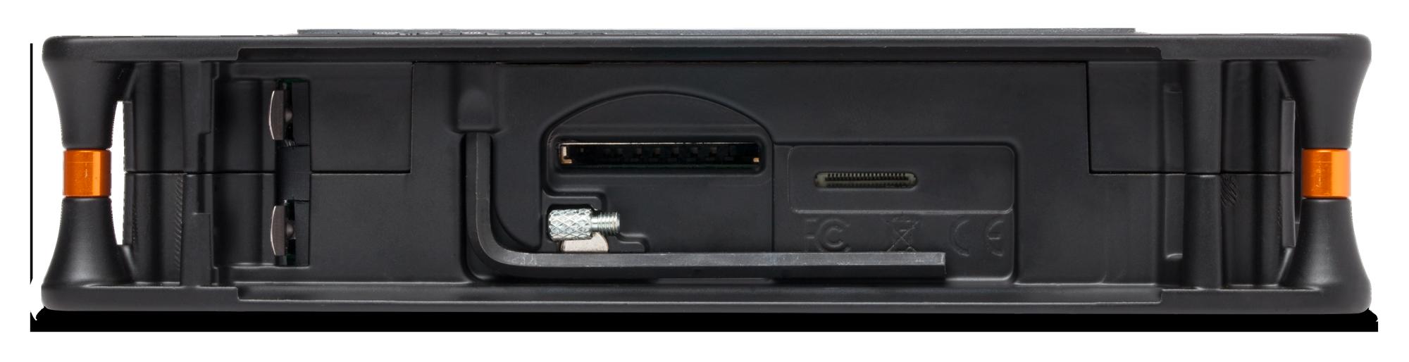 Baksidan, utan batterihållare, gömmer SDkortplatsen och nyckeln för att skruva fast MixPre i en kamera.