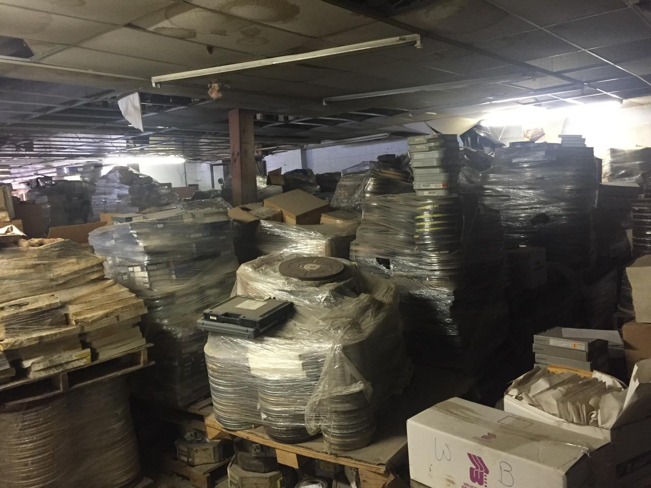 Ett lager med filmer från ett nedlagt labb i Pittsburgh.Lådorna märkta  The Fight  kan vara viktiga.