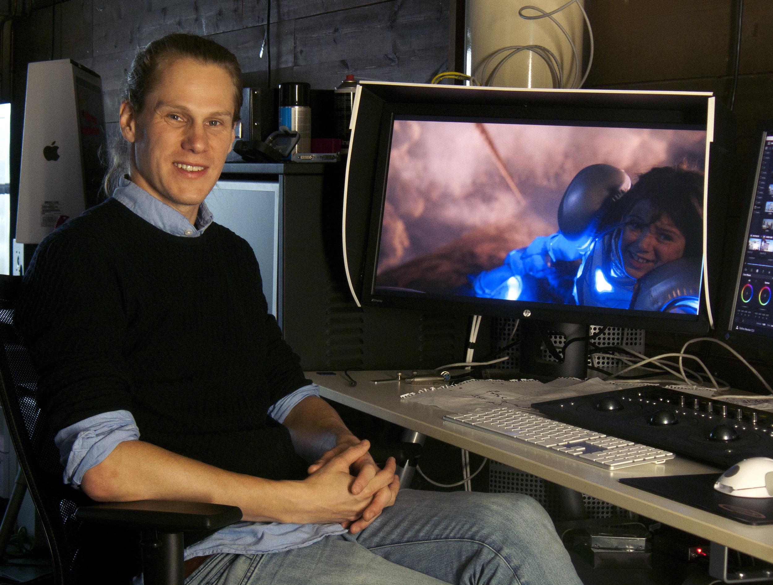 Regissören Oskar Mellander har tänkt nytt kring den gamla tekniken med bakgrundsprojicering.
