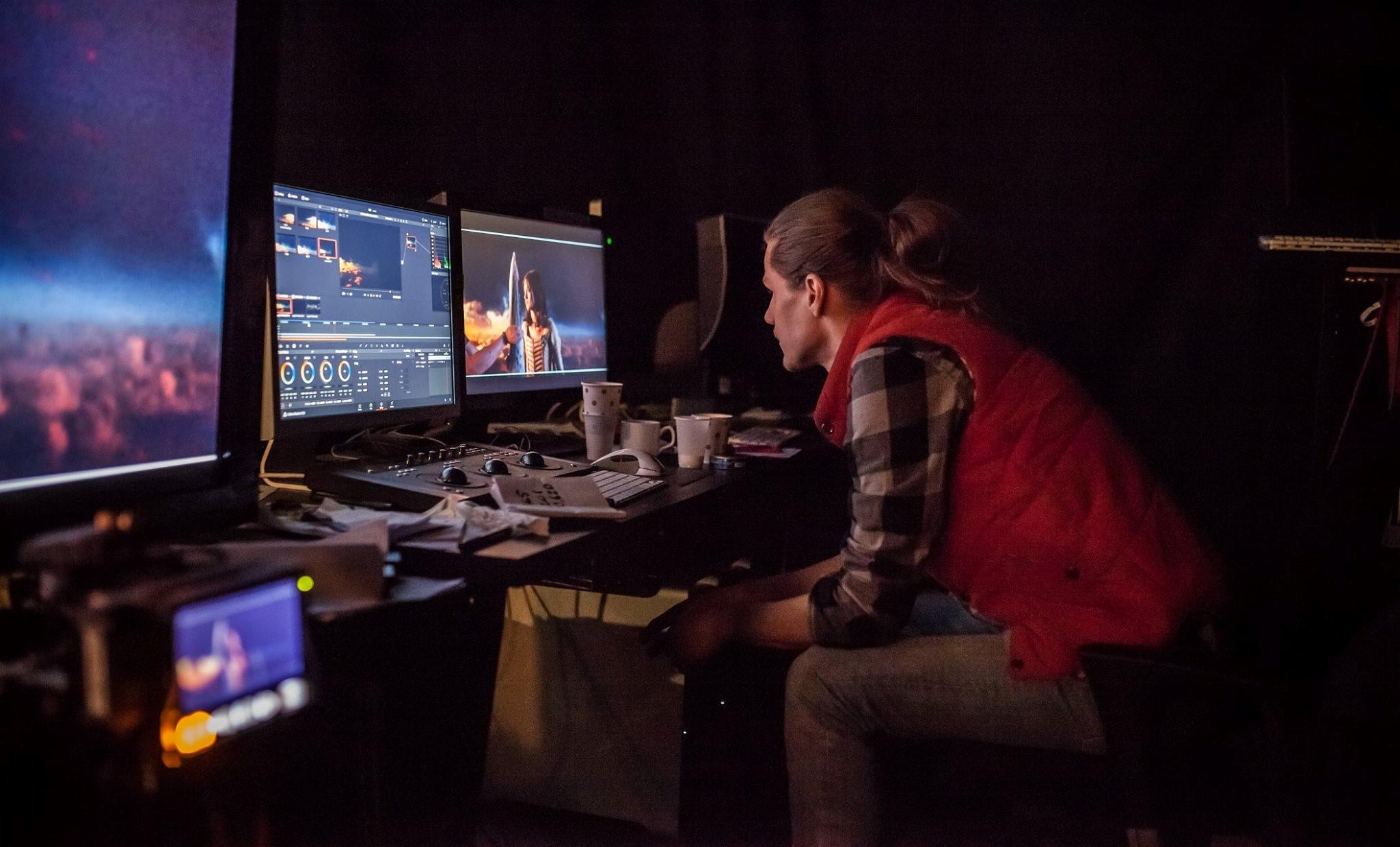 Oskar Mellander på plats vid monitorerna, där han ser över att projektionen matchar mot spelplatsen, skådespelare och bakgrund.