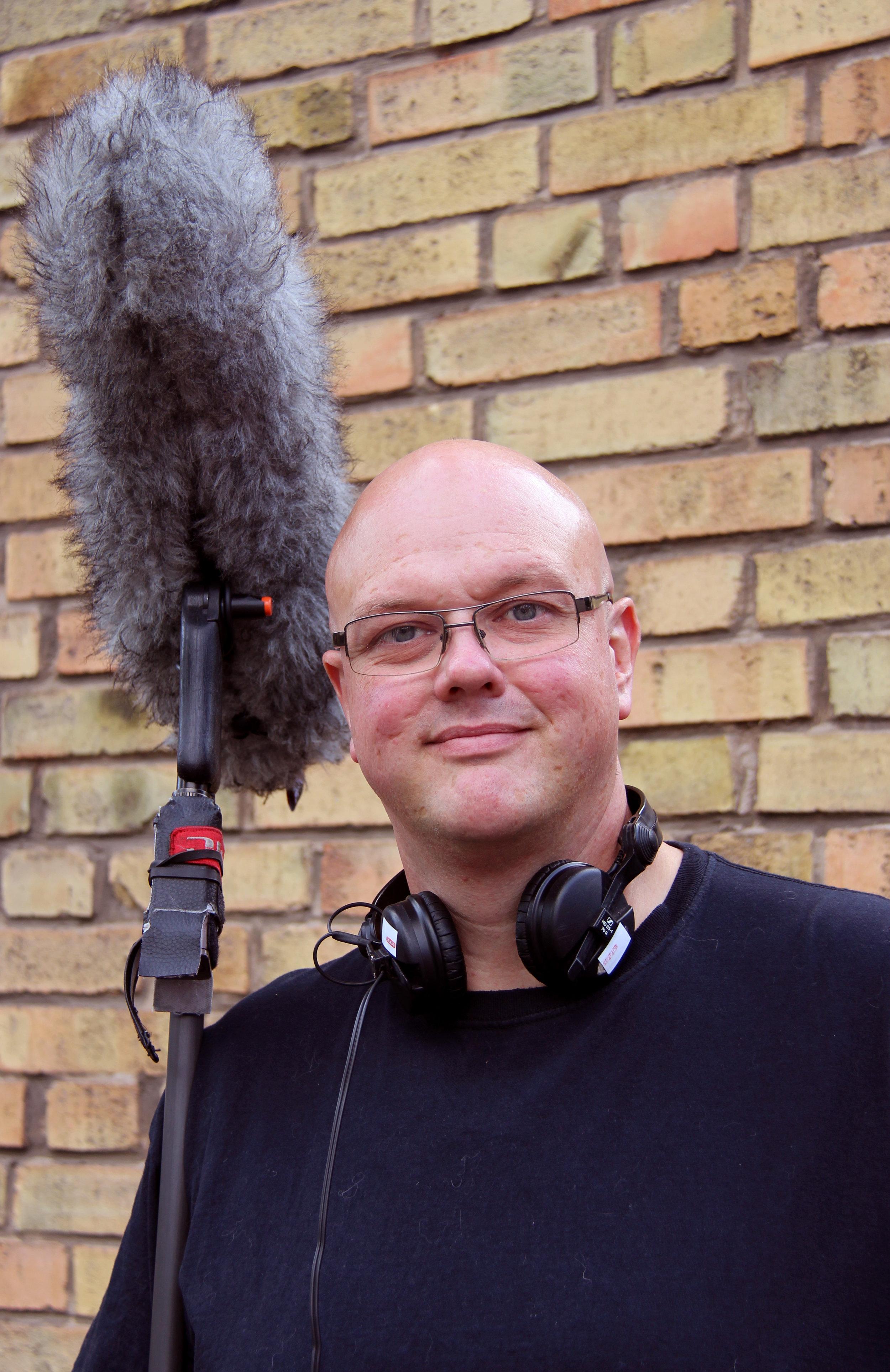 Som åttaåring började Henric Anderssson att hjälpa sin far med ljudet för en amatörteatergrupp, i Trollhättan.