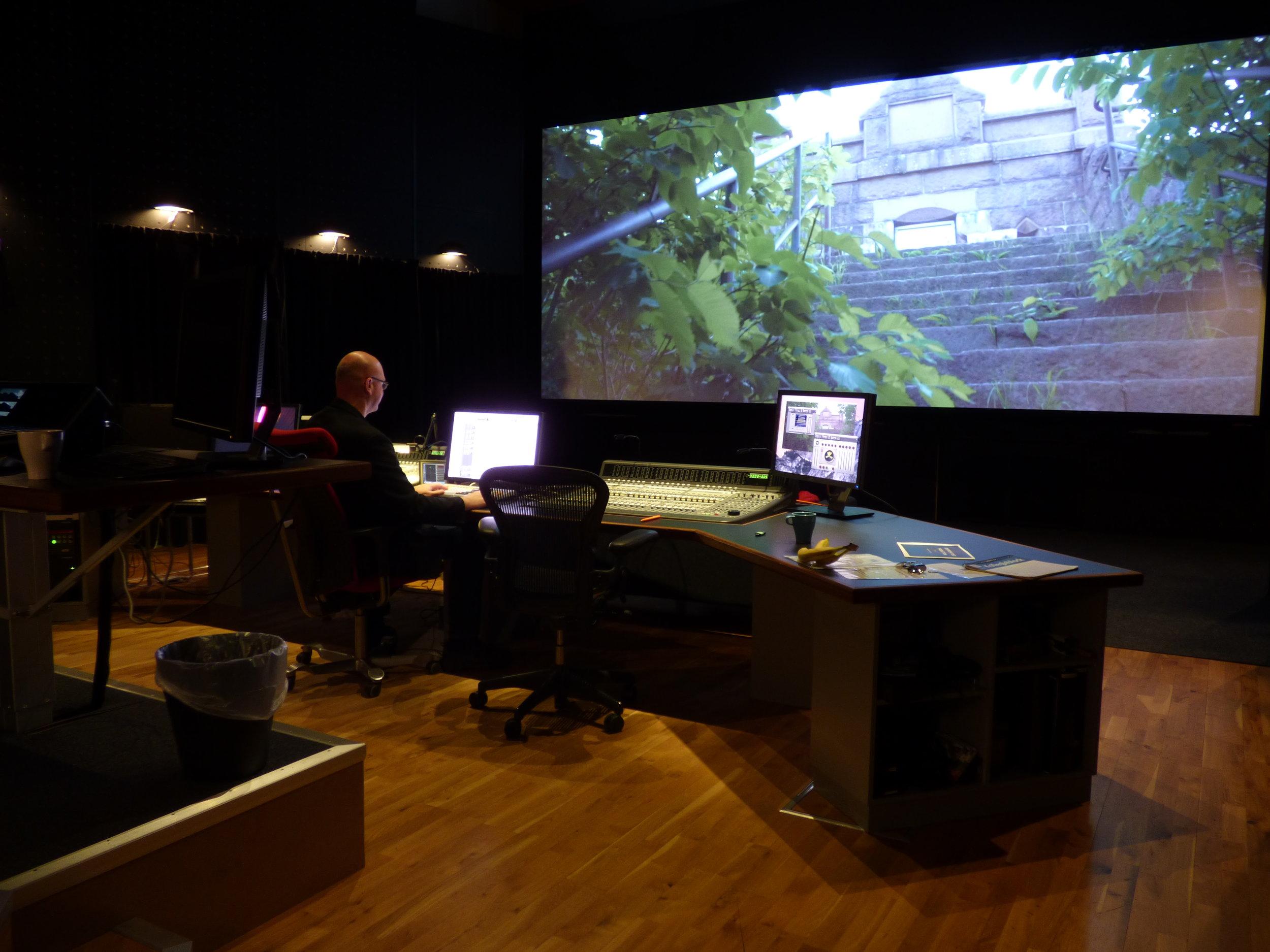 En fördel är att Henric har tillgång till en biomixer och kan se sitt arbete i stort format, vilket kan vara ovärderligt i vissa produktioner. Man kan höra ljud som man inte hört tidigare i ett mindre mixrum.