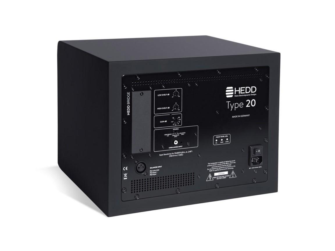 Baksidan ger möjlighet att justera bas respektive topp ±4 dB samt finjustera nivån på varje monitor.
