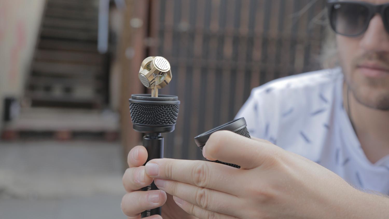Oliver Kadel med Sennheisers ambisoniska mikrofon Ambeo.