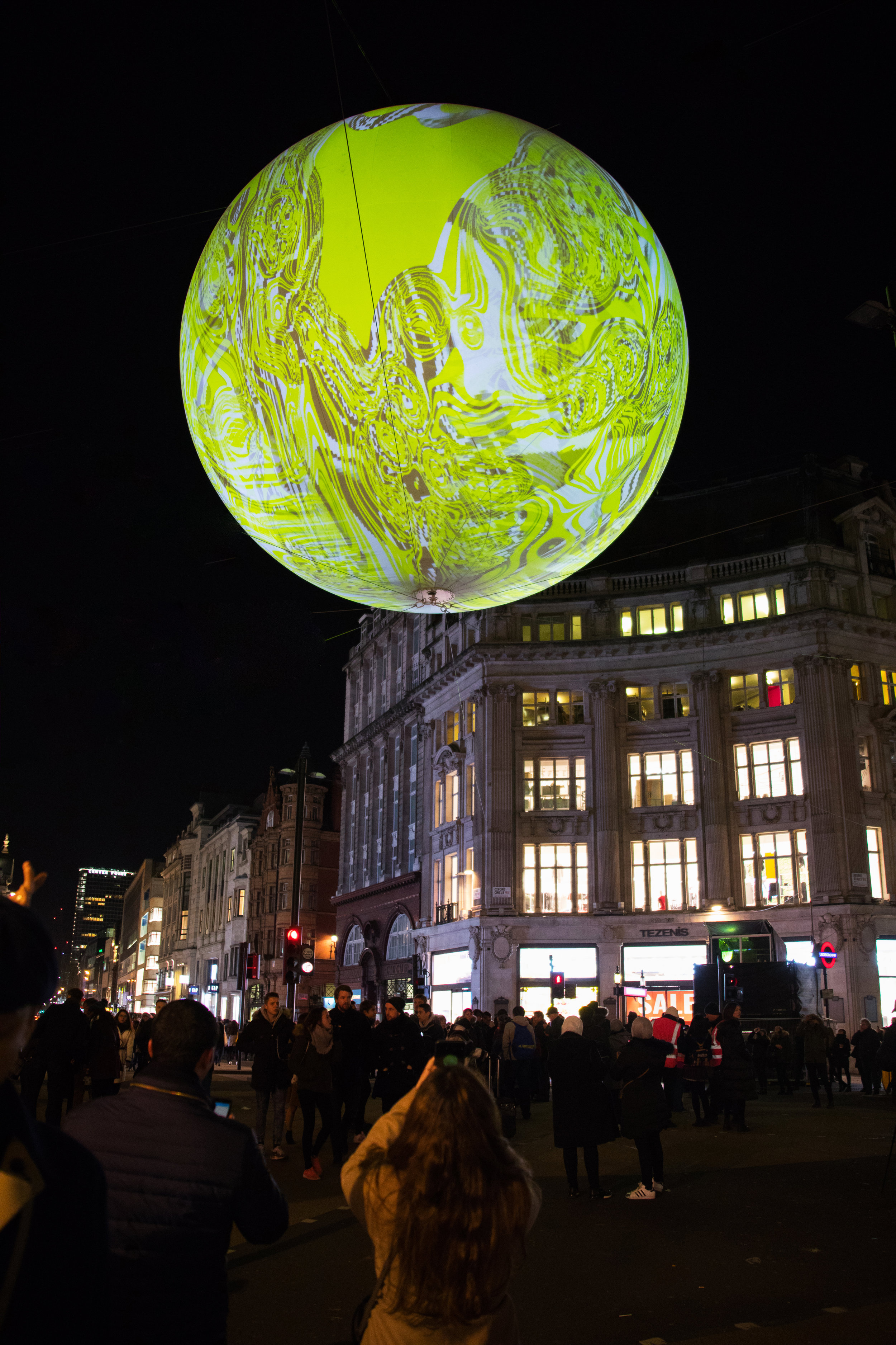 Oxford Circus hade stängts av under festivalen så att besökarna kunde ta sig en närmare titt på Miguel Chevaliers interaktiva bubbla.
