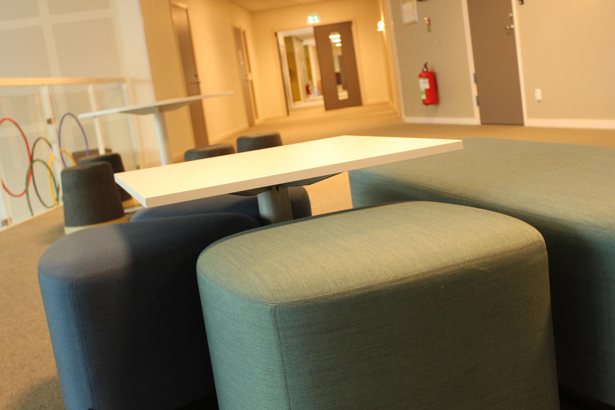 Ja, sittplatser för arbete utanför hemvisterna finns det gott om på grundskolan i Lidköping. Sköna, dessutom!