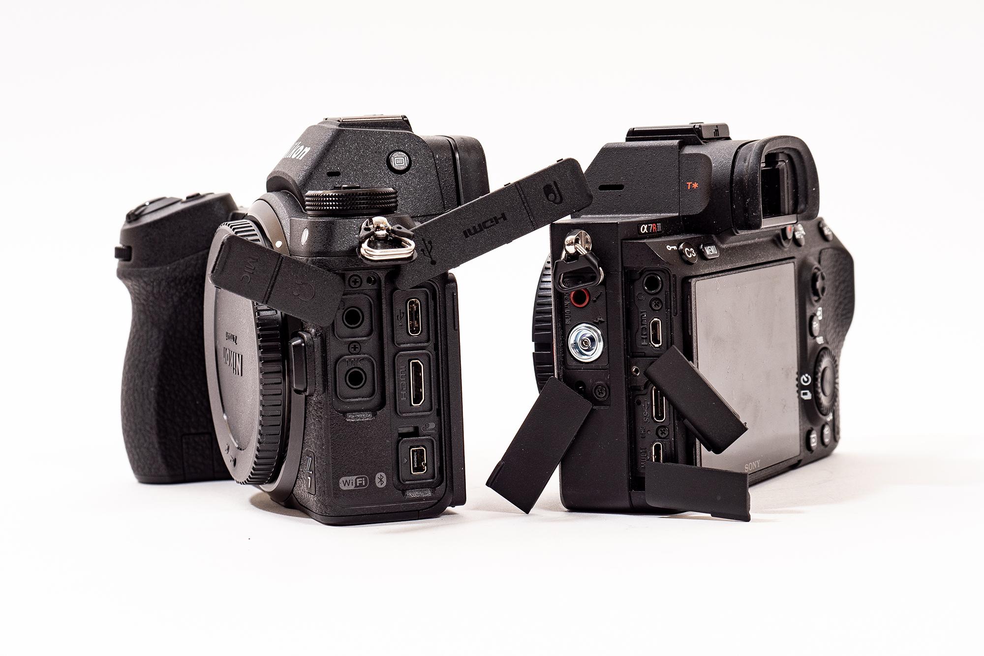 Kamerorna har många portar. De gemensamma är ljud in (mikrofon) och ut (hörlur) och USB-C. Sony A7R III har dessutom HDMI-mikroanslutning (typ D), USB micro (kameran kan drivas med ström från vardera en av de olika USB-ingångarna), blixtsynk-terminal och inte minst blixtsko med kontakter för många olika tillbehör från Sony. Z7 har utöver tidigare nämnda kontakter HDMI (typ C) och tillbehörskontakt.