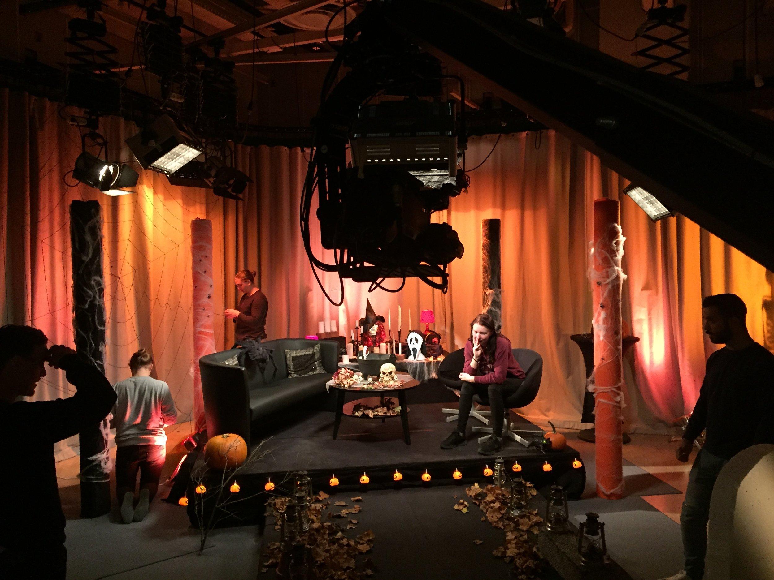 Liveklassen 2018 har skräcktema i tv-studion. Linnea Blocksjö sitter och funderar över hur utformningen av scenografin ska göras
