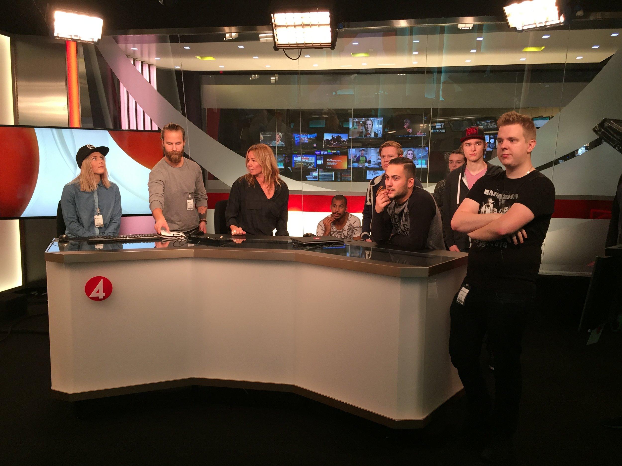 Studiebesök på TV4 i en av deras nyhetsstudior. Från vänster Lisa Johansson, Martin Lindgren, Lotta Axelsson, Zacharias Jackson, Lukas Wallin, Joakim Sörensen, Julia Lorenz, Gabriel Bjuhr och Sebastian Hyyrynen.