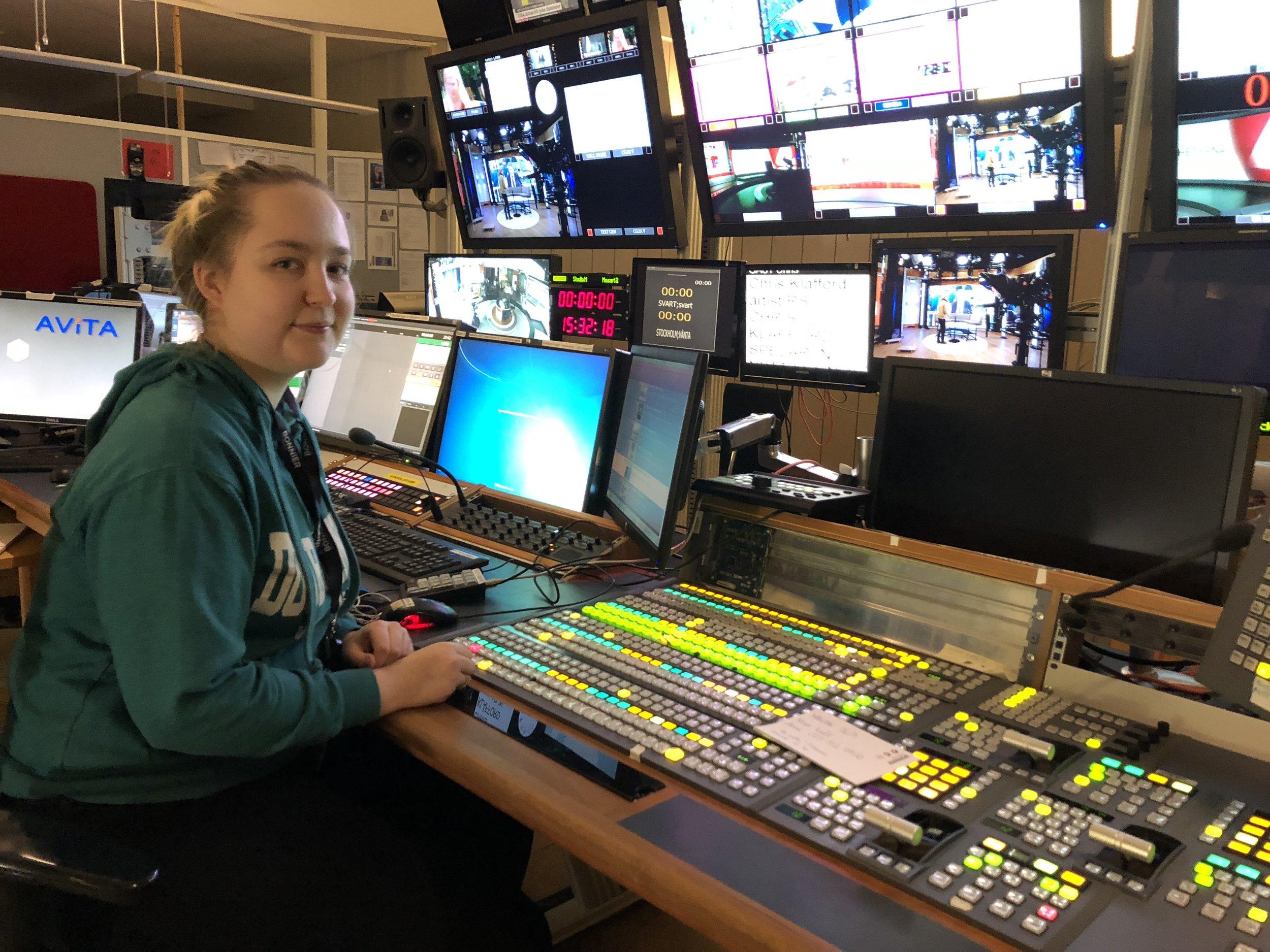 Karin Henriksson i kontrollrummet för nyhetsstudion på TV4 under sin LIA-period.